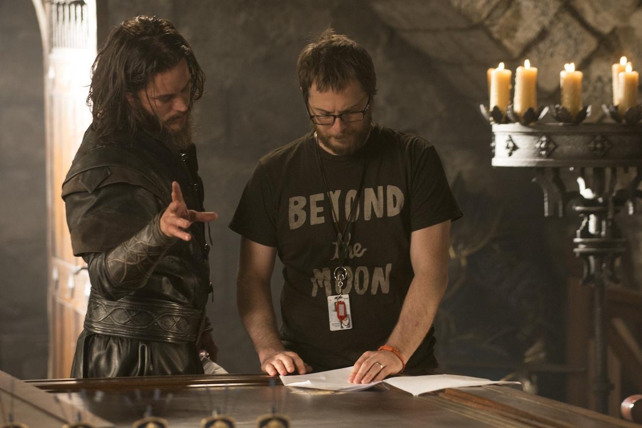 Duncan Jones, regista del film di Warcraft, insieme a Travis Fimmel